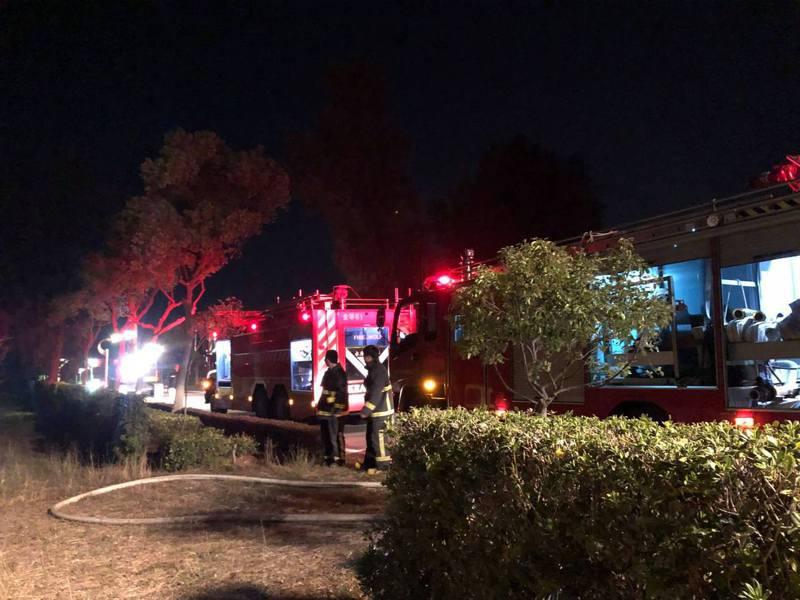 金門縣消防局獲報出動超過6台消防車到場灌救,也出動怪手等重機械處理樹頭的殘餘剩火。圖/摘自議員董森堡臉書