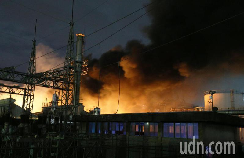 高雄林園聯成化學工廠爆炸烈焰竄天,現場濃煙竄天,起火點旁就是油槽,消防隊員全力灌救中。記者劉學聖/攝影