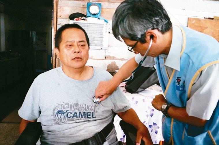 盧進德每月會率領醫療團前進偏鄉義診。圖/羅東博愛醫院提供