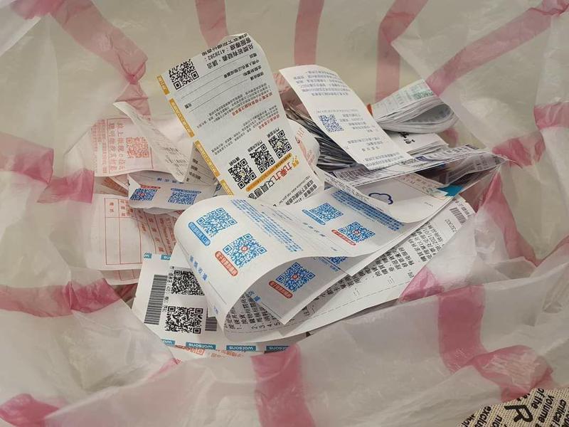 網友習慣把發票放進袋子裡,但中了頭獎的20萬發票,卻怎麼找都找不到。 圖/爆怨公社