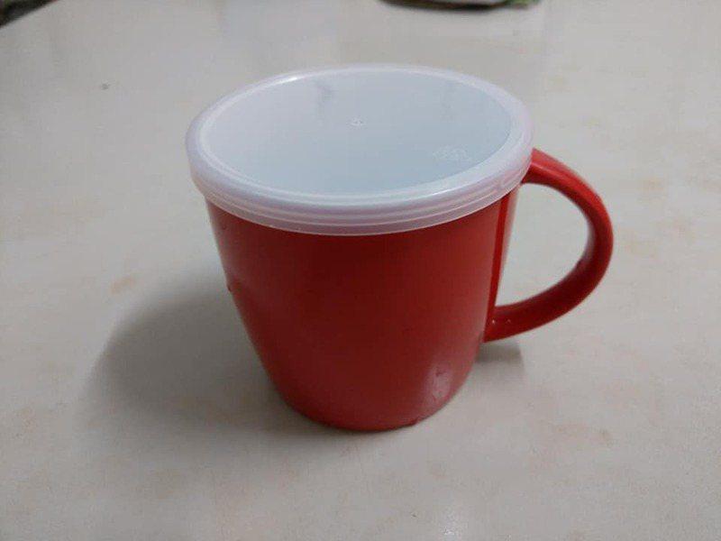 原PO習慣將罐頭的透明蓋子留下,物盡其用,當作馬克杯蓋。圖擷自我愛全聯-好物老實説