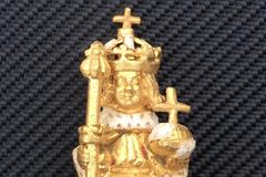 樹下挖出小金人 竟是價值7600萬亨利八世遺失皇冠裝飾