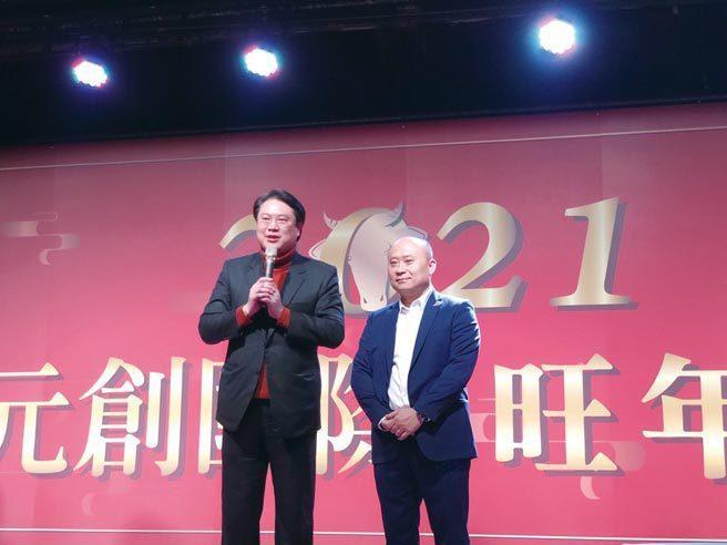 基隆市長林右昌(左)致詞時,盛讚元創國際董事長朱炫吉(右)帶領團隊屢創造佳績,堪...
