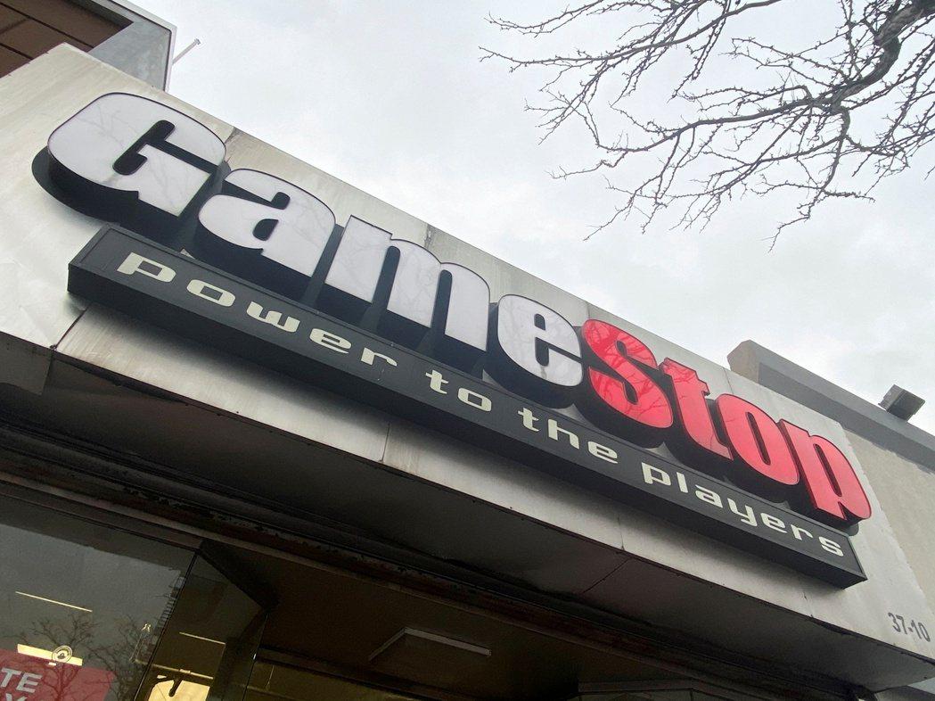 華爾街飆股GameStop周四因多個線上交易平台禁止交易,收盤大跌44%。圖/路...