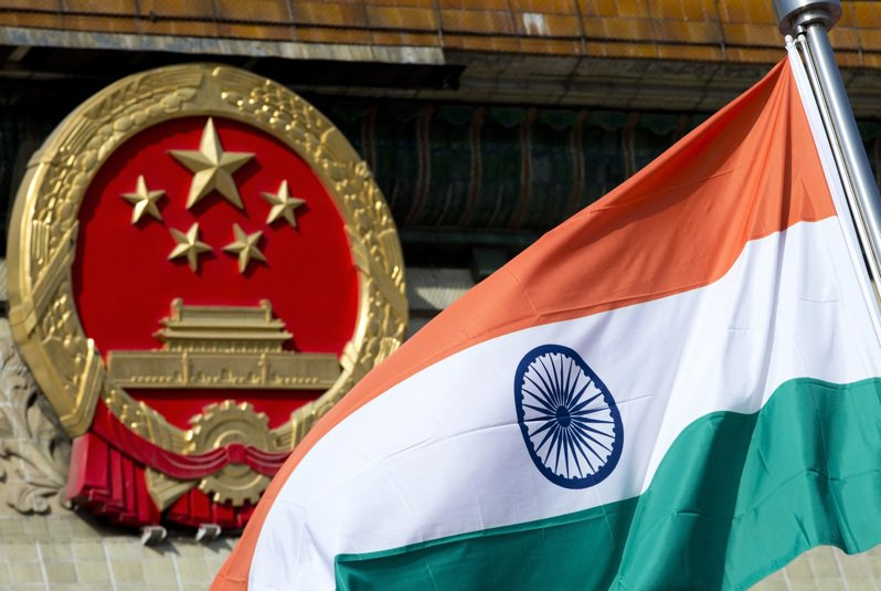 中印部隊去年5月邊境對峙後,印度官方「2020-21年經濟調查」報告指出,印度軍方因應緊急需要透過快速通道完成至少1800億盧比採購。美聯社