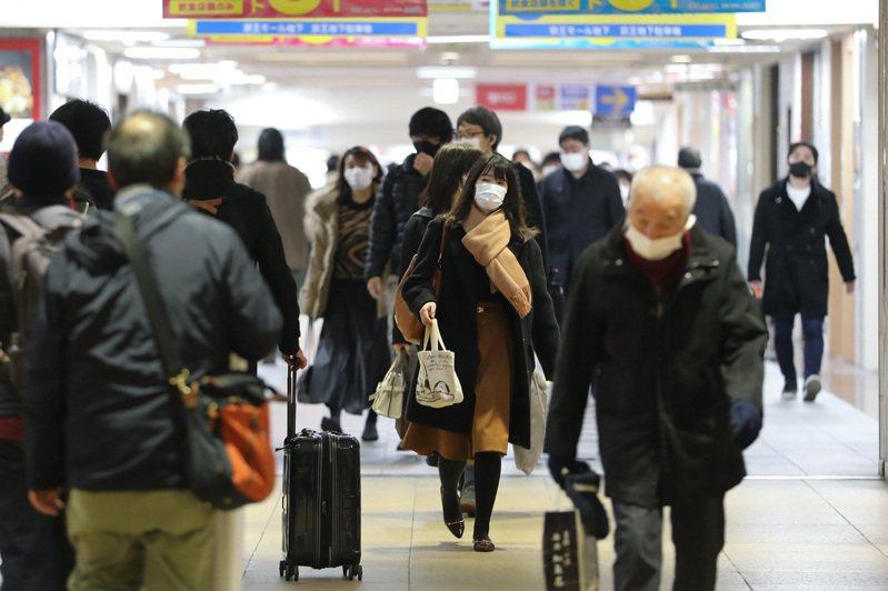 日本境內2019冠狀病毒疾病(COVID-19)疫情延燒,東京都今天新增病例連2天降至3位數,但累計病例數已逼近10萬大關;沖繩縣近來疫情升溫,每10萬人口新增病例數躍升第2。 新華社