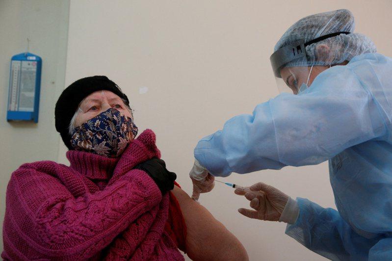 俄羅斯當局今天通報,境內新增1萬9032起2019冠狀病毒疾病確診病例,官方的全國確診總數達到383萬2080例。另外,首都莫斯科市長索比亞寧宣稱,全市已有超過一半民眾染疫。 路透社