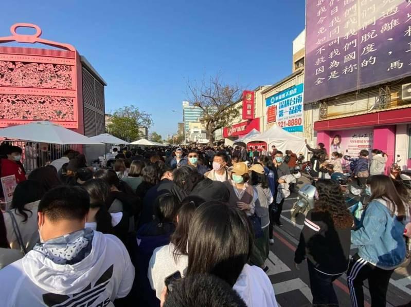 台南海安商圈甜點節今天封街舉辦,市府經發局前往強力勸導,認為人潮爆多無法做到保持社交距離,要求基於防疫優先,明天活動停辦。 圖/經發局提供