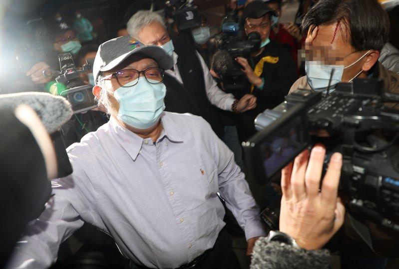 立委蘇震清(左)昨天以一千萬元交保,大動作推擠造成多名攝影記者受傷。記者余承翰/攝影