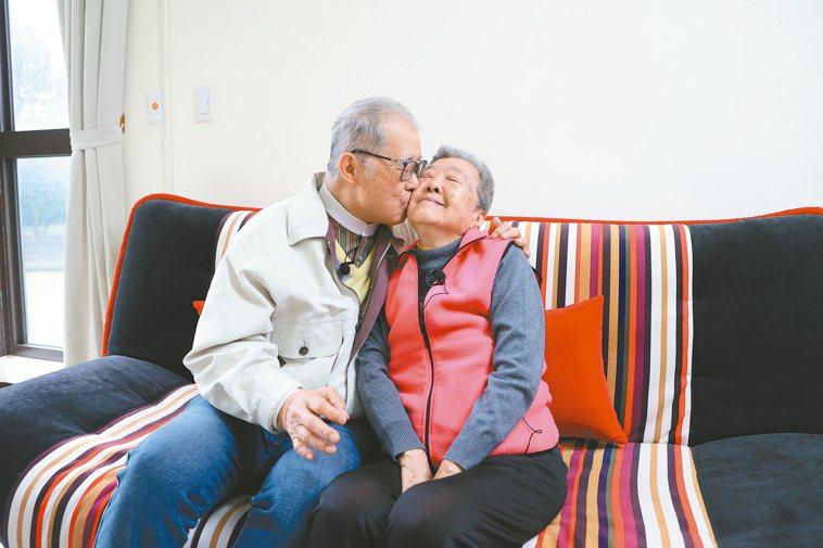 「親一下!親一下!」曾說有戀妻症的監察院前院長王建煊(左),即使已83歲,每天都...