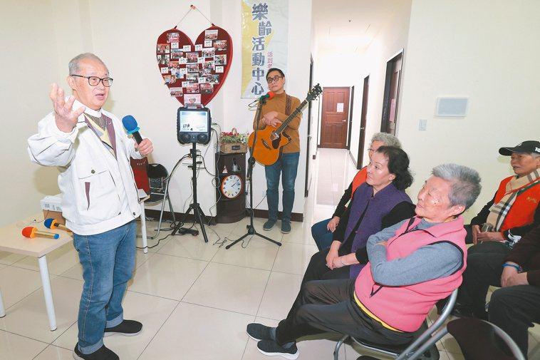 王建煊(左)創辦的無子西瓜基金會隔壁為老人唱歌教室,唱歌也是兩老的興趣之一。記者...