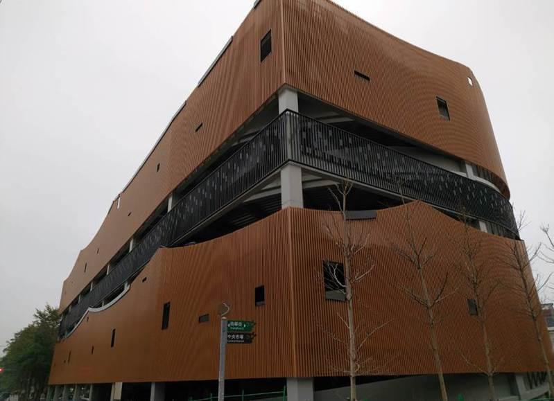 竹東信義停車場融入客家民居屋脊的意象,營造水與綠的概念,為一棟5層樓建築。圖/縣府提供