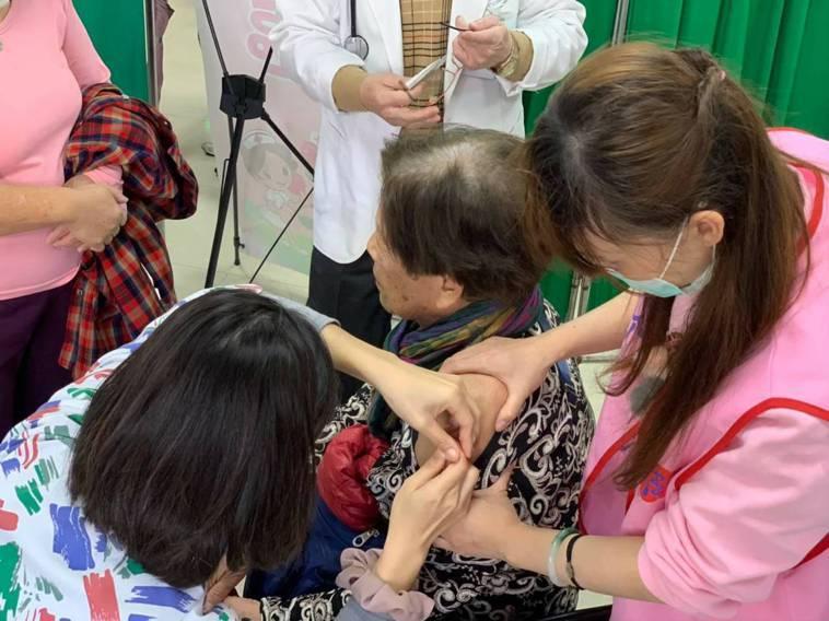 新竹市公費流感疫苗今天起配送8740劑3區衛生所及合約院所,市府衛生局呼籲民眾盡...