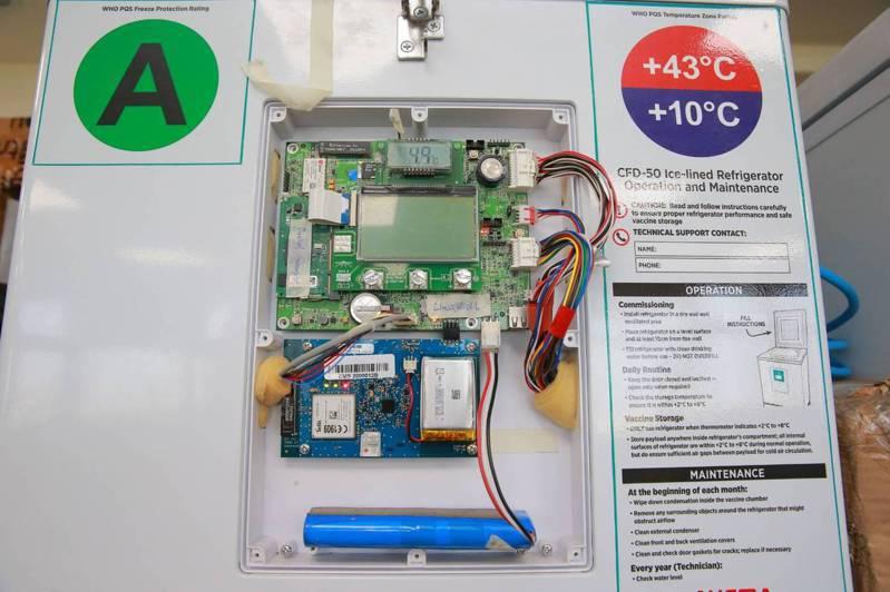 新竹市政府透過SBIR計畫補助昌益國際研發太陽能電控發電,可在無電源情形下延長疫苗保溫時間。圖/市府提供