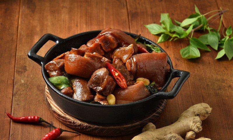 黑橋牌的年菜新創意-三杯豬腳,嚴選台灣豬腳,慢火燉滷入味,豐富的膠質和國人最愛的三杯風味,除了好吃之外,豬腳更有去霉補運的好寓意。 圖/黑橋牌提供