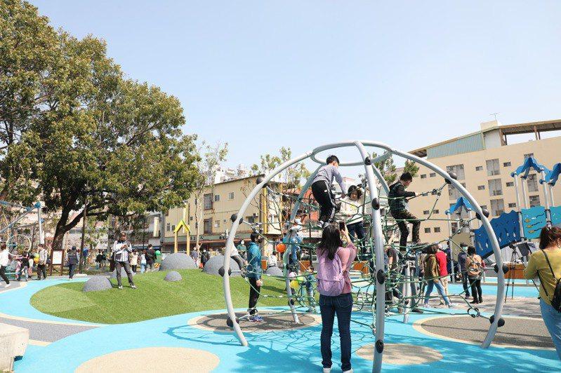 今天復興園道共融式遊戲場啟用,以綠川水質改善採用的礫間現地處理工法做為遊戲意象,讓孩童化身水寶寶。記者喻文玟/攝影