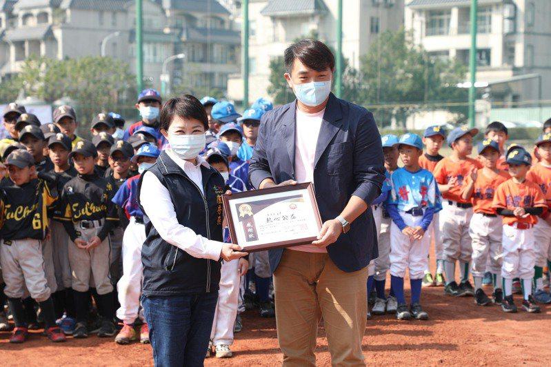 社團法人台灣火星人運動發展協會創辦人是彭政閔(右),他是台中主場職業棒球隊中信兄弟的看板球星,每年均至全國各地辦理棒球訓練營及公益指導,市長盧秀燕(左)特別致謝。圖/台中市新聞局提供
