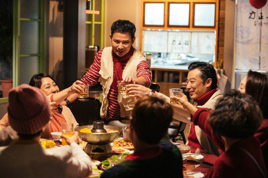 「粉紅色時光」戲中一場長輩過年圍爐戲,王耿豪(中)為炒熱氣氛,拱吳念軒、方志友合