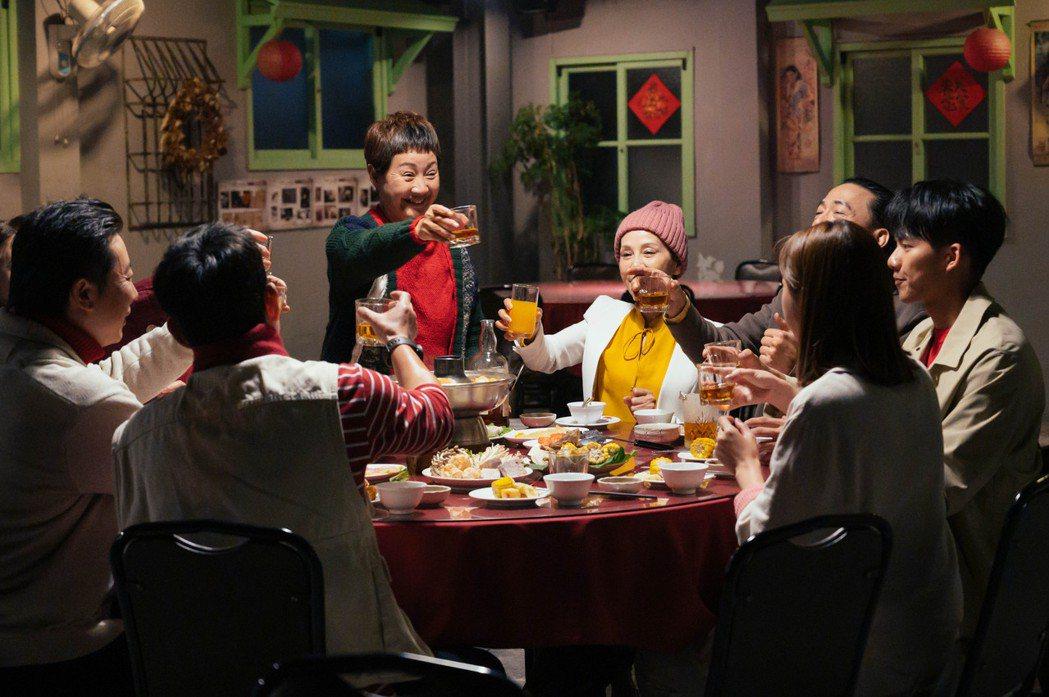 農曆新年將至,「粉紅色時光」演員應景圍爐。圖/TVBS提供