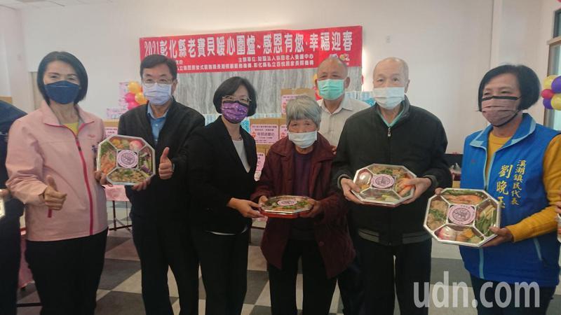 彰化縣長王惠美代表贈送年菜給獨老。記者簡慧珍/攝影