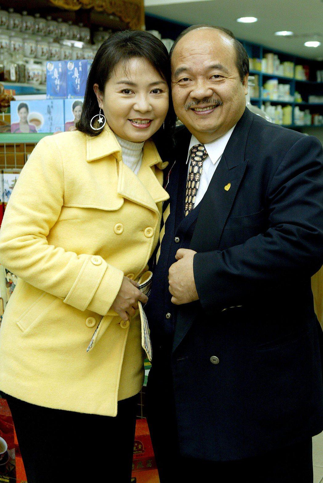 梅嫦芬(左)與建成中醫總裁李江川當年鶼鰈情深。圖/本報資料照