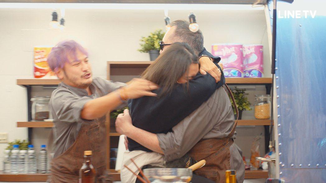 熱情粉絲飛撲熊抱黃秋生。圖/LINE TV提供