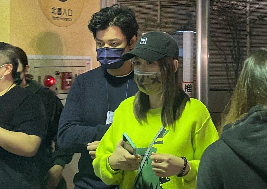 陳喬恩(右)與小9歲男友Alan一同來追星。記者王郁惠/攝影