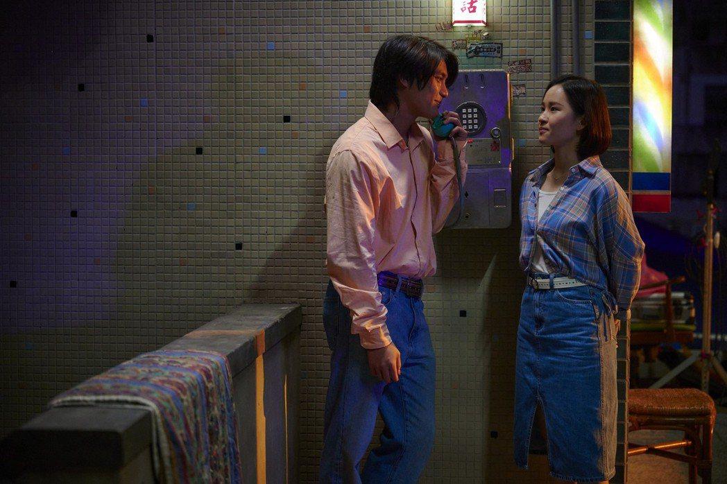 「天橋上的魔術師」呈現80年代元素,談戀愛不可缺的投幣式公用電話。圖/公視、my...