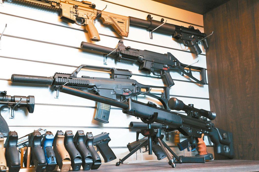 巍嘉國際的玩具槍展列。記者葉信菉/攝影
