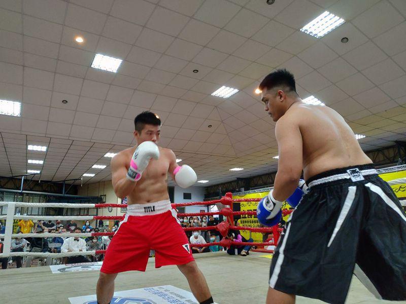 110年立勝盃全國拳擊俱樂部聯賽,「造新星」張智鈞(左)和「成吉思汗」絲帝爾(右)打成平手。圖/威爾力斯公司提供