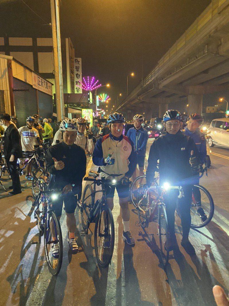 前總統馬英九今晚8時30分抵達梧棲一家超商,並與國民黨主席江啟臣會合一起騎車至彰化福安宮。圖/江啟臣提供