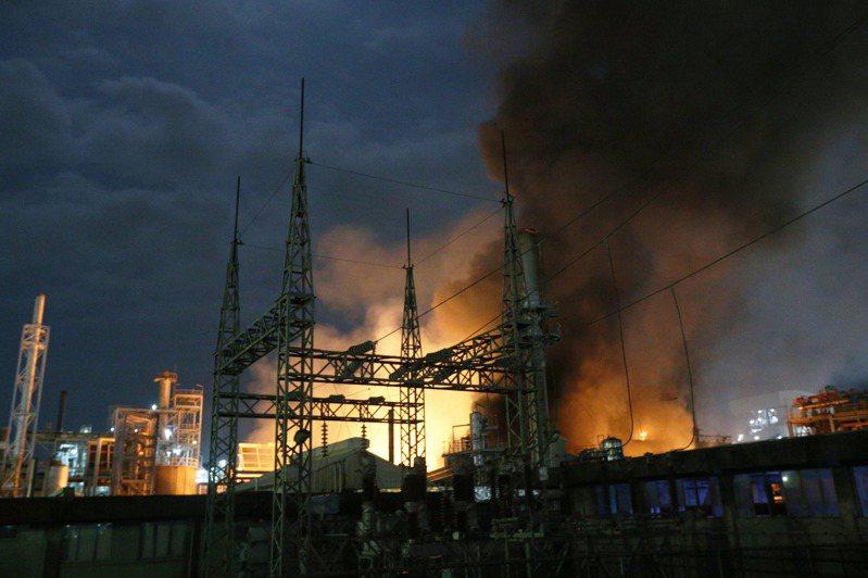 高雄林園工業區前晚聯成化科大火,1個月內共發生4起工安意外。記者劉學聖/攝影