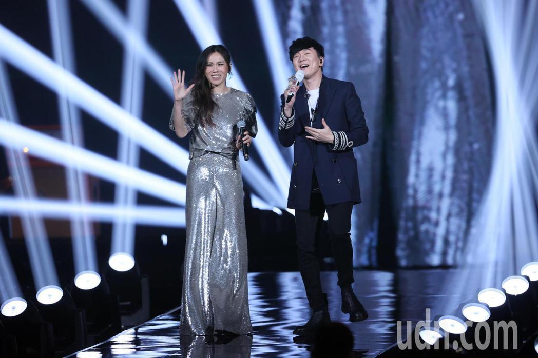金曲歌后蔡健雅(左)舉辦2021世界巡迴演唱會《給世界最悠長的吻》,與演唱會嘉賓...