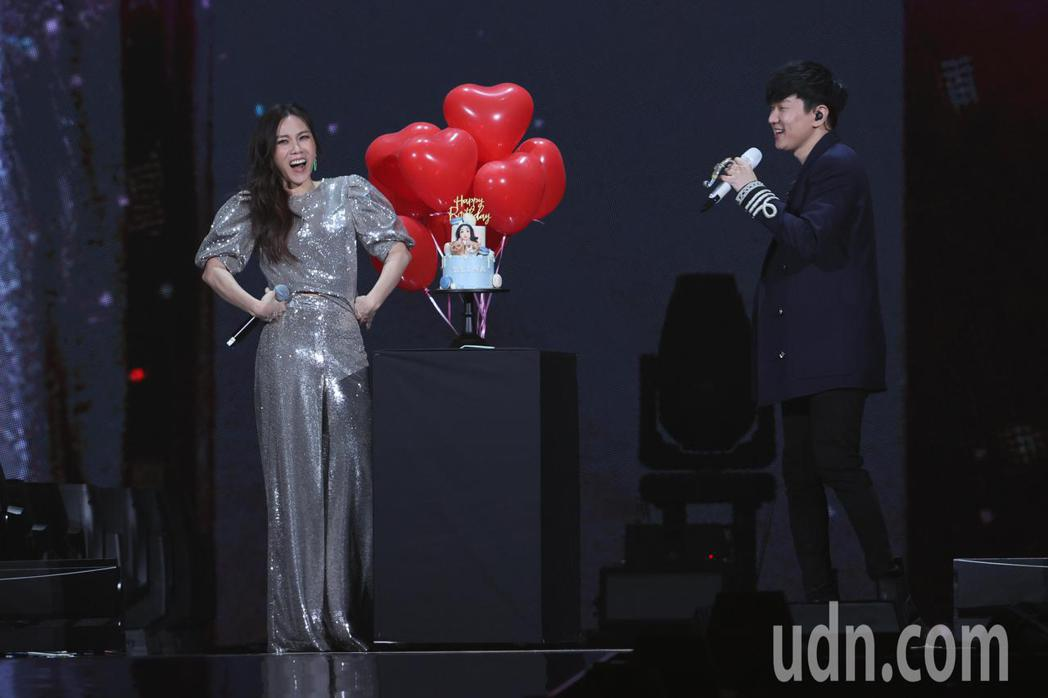 金曲歌后蔡健雅(左)舉辦2021世界巡迴演唱會,忙著演唱會而錯過生日的她,最後由...