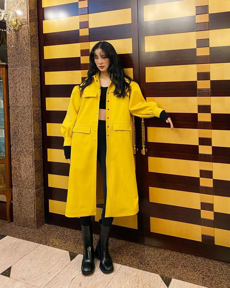 韓國時尚部落客Irene Kim穿著Chloé Betty黑色防水短靴17,20...