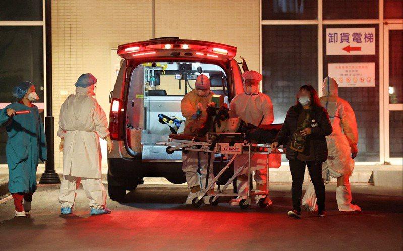 衛福部桃園醫院新冠肺炎群聚疫情延燒,昨天宣布新增四例本土病例,且因確診病例到平鎮某醫院看診,使疫情延燒到第二家醫院。記者余承翰/攝影