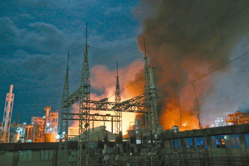 高雄林園工業區前晚聯成化科大火,1個月內共發生4起工安意外。 記者劉學聖/攝影