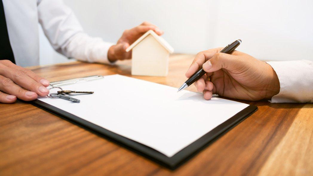 一名女網友PO文提到,自己是個單身女,最近想買一間1400萬的2房預售屋,即使手...