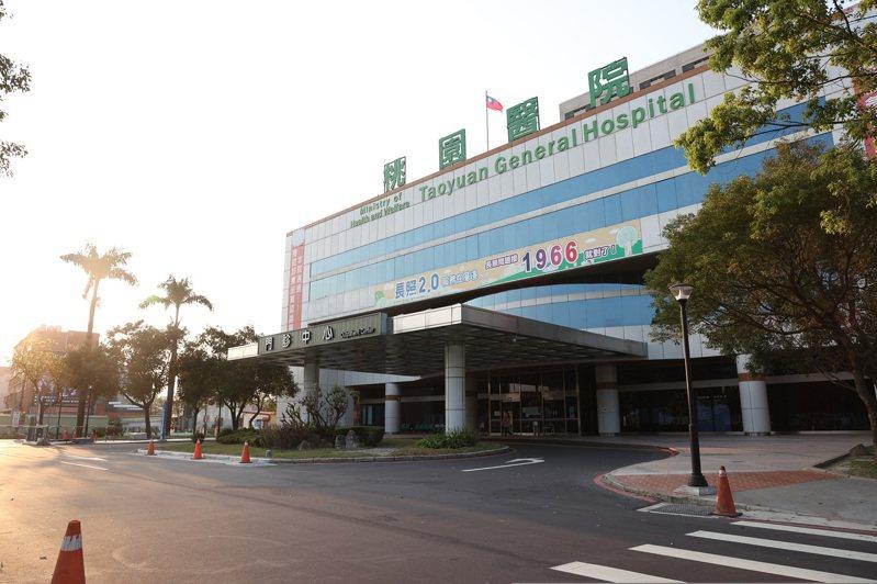 衛生福利部桃園醫院因新冠肺炎群聚感染,門診也暫停,大門口空蕩蕩。記者季相儒/攝影