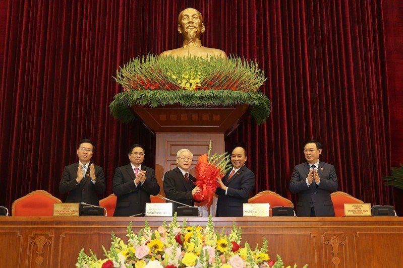 1月31日,在越南首都河內,越南共產黨第十三屆中央委員會舉行第一次會議,選舉新一屆領導集體,阮富仲(中)再次當選越共中央總書記。 新華社
