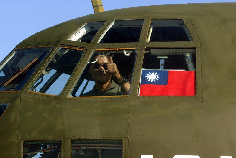 空軍海地震災人道救援人員2010年01月31日上午返國,C-130專機抵達松山軍用機場時,返航專機機長張智棟中校在駕駛艙豎起大拇指。圖/聯合報系資料照片