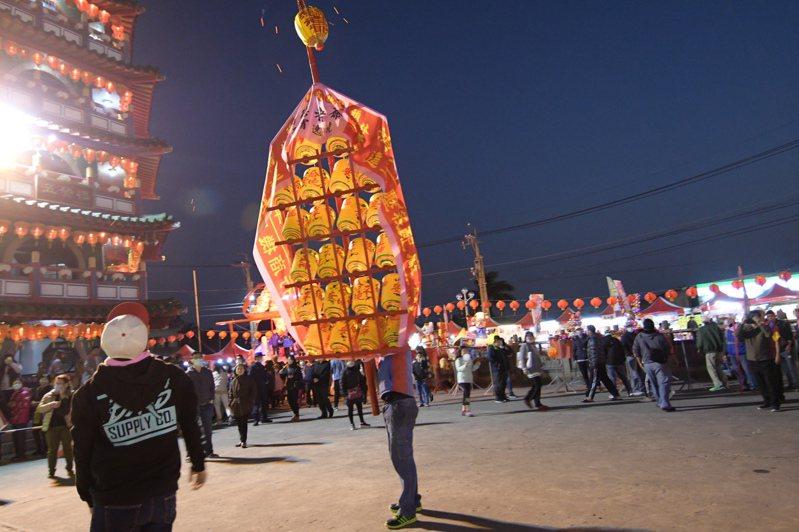 全國獨一無二,擁有193年歷史的「白沙坑迎燈排」活動,由各單位製作各具特色的燈排參加遶境,並到廟前向神明行禮。 本報資料照片/記者劉明岩攝影