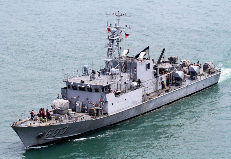 服役初期的錦江艦,左右兩舷各有2枚雄風一型飛彈。圖/讀者周民孝提供