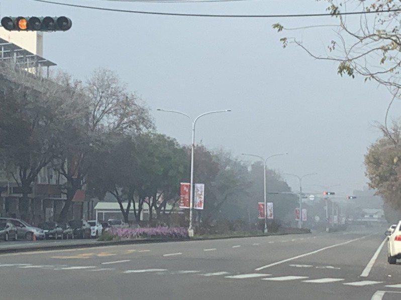 雲林斗六天空灰濛濛,民眾一度以為起霧。記者陳苡葳/攝影