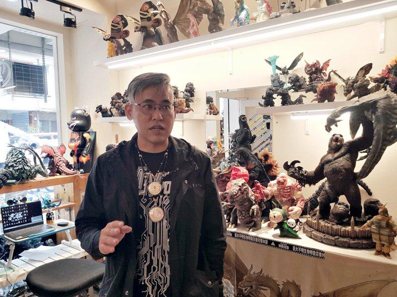 哥吉拉收藏者「怪獸大叔凱恩」,在販售衣服的店內也擺設許多的哥吉拉模型。記者廖惠玲/攝影