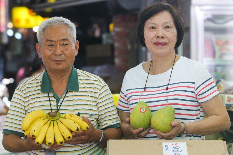 慶周青果行老闆陳金樹(左)與老闆娘連月裡(右)打算與青果行一起迎來開店第一百年。記者黃仲裕/攝影