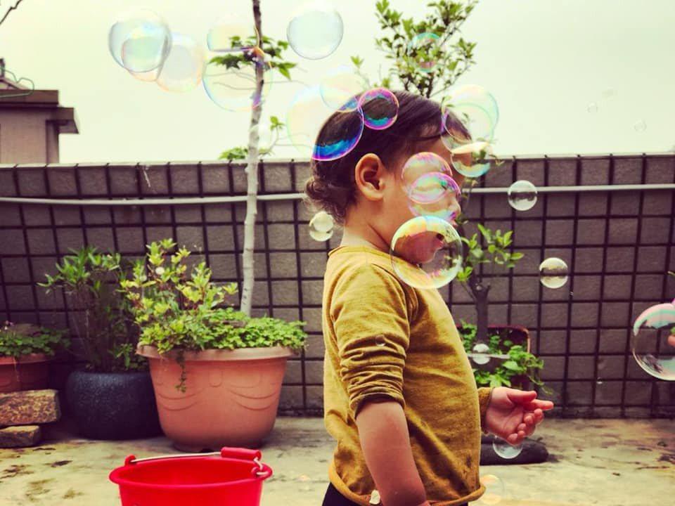 鳳小岳曬兒子舊照。圖/摘自臉書