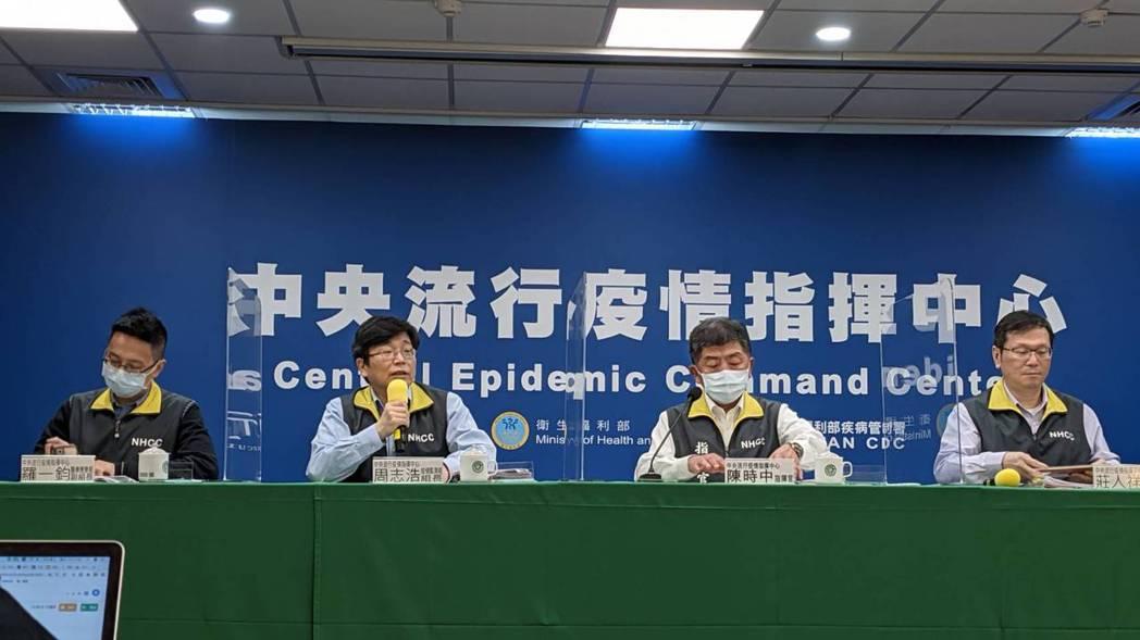 中央流行疫情指揮中心醫療應變組副組長羅一鈞(由左至右)、疫情監測組組長周志浩、指
