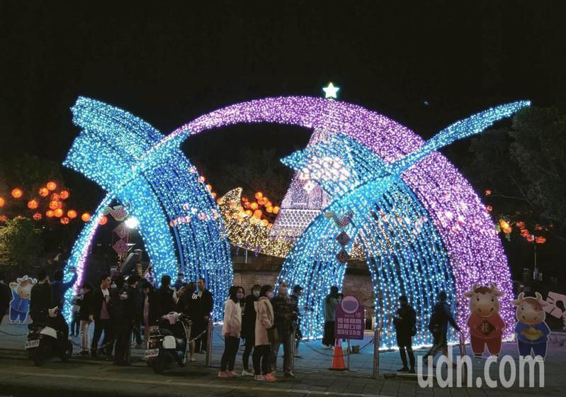 宜蘭羅東中山公園的「牛年迎春」大牛角燈飾高約13公尺,豎立在羅東夜市,造型超吸睛,成為遊客拍照打卡熱點。記者戴永華/攝影