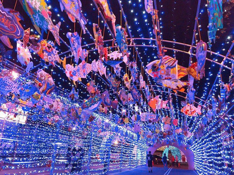 「牛年有餘」流星燈隧道掛了將近700隻各具特色的手工魚,大大小小魚兒隨風搖盪,遊客有如置身海底隧道,波光粼粼,浪漫繽紛。圖/鎮公所提供